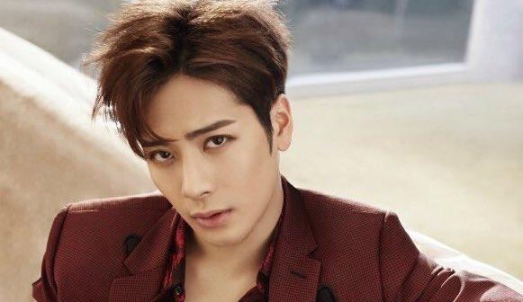 Jackson de GOT7 galantemente salta del escenario para comprobar el estado de una fan durante un concierto en Tailandia