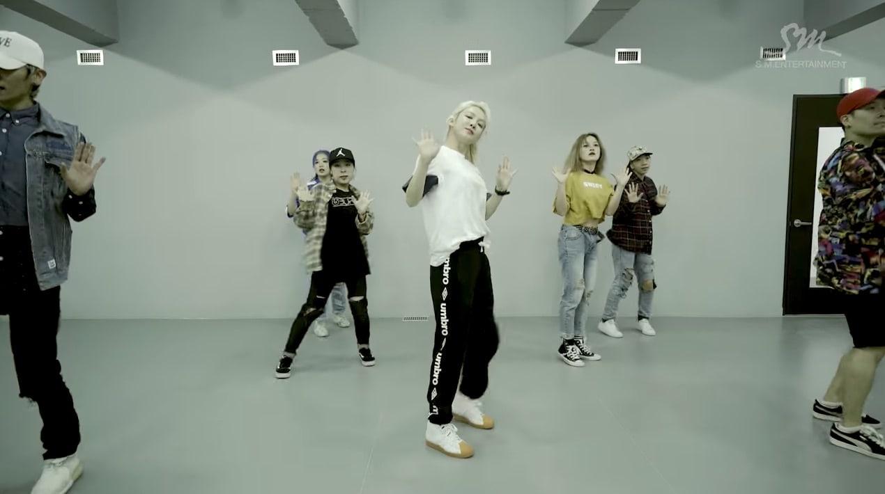 """Hyoyeon de Girls' Generation maravilla con su vídeo de la poderosa práctica de baile de """"Wannabe"""""""