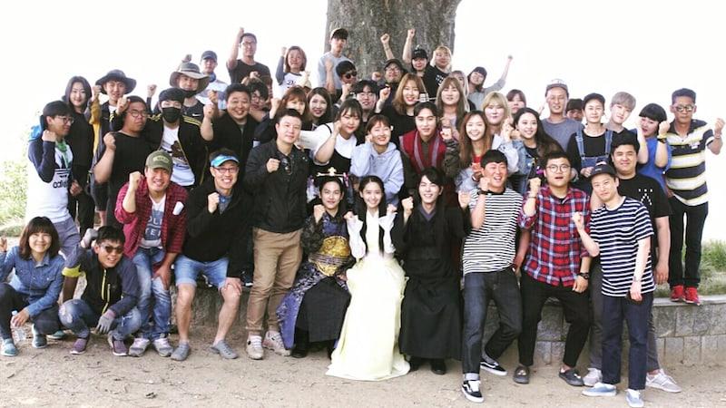 """YoonA comparte foto y vídeo con el reparto de """"The King Loves"""" para celebrar el fin de la filmación"""