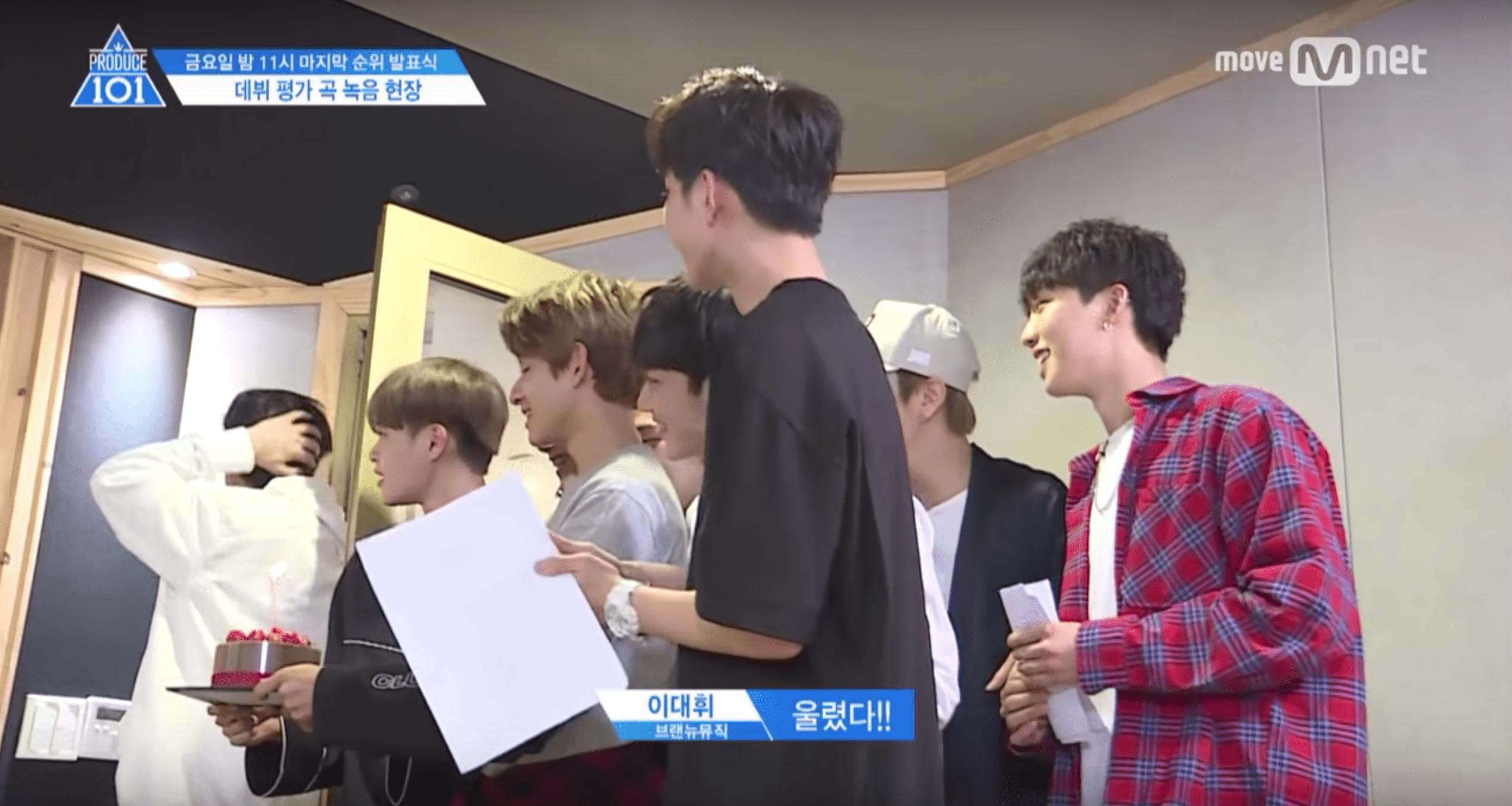 """Los aprendices de """"Produce 101 Season 2"""" sorprenden a Kim Jong Hyun por su cumpleaños durante una grabación"""