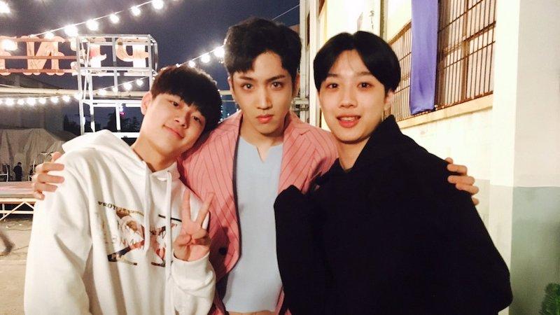 """Wooseok de PENTAGON dice que está orgulloso de los aprendices de """"Produce 101 Season 2"""" Yoo Seon Ho y Lai Guan Lin"""