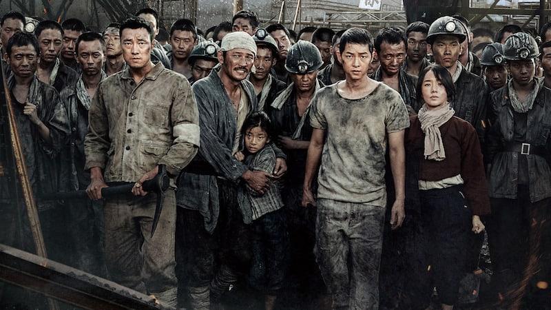 """La película """"The Battleship Island"""" revela pósters de los personajes de Song Joong Ki, So Ji Sub y más"""