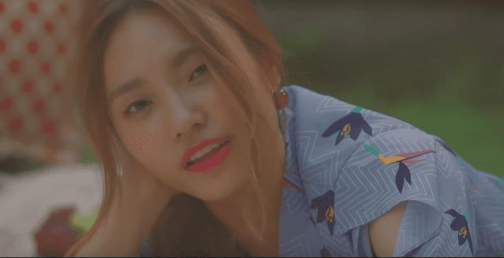 """Lee Jin Ah parece una estrella de comedia romántica en el MV de """"Random"""""""
