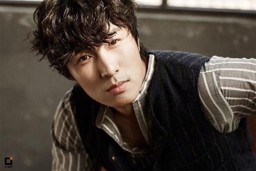 Se revela que Kim Dong Wan de Shinhwa ha donado una fuerte cantidad para ayudar a madres solteras en necesidad