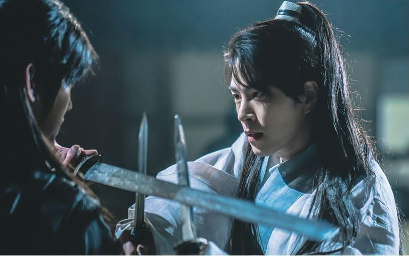 """La tensión aumenta en """"The King Loves"""" cuando Hong Jong Hyun y el hombre con el tatuaje de serpiente se enfrentan en nuevas imágenes reveladas"""