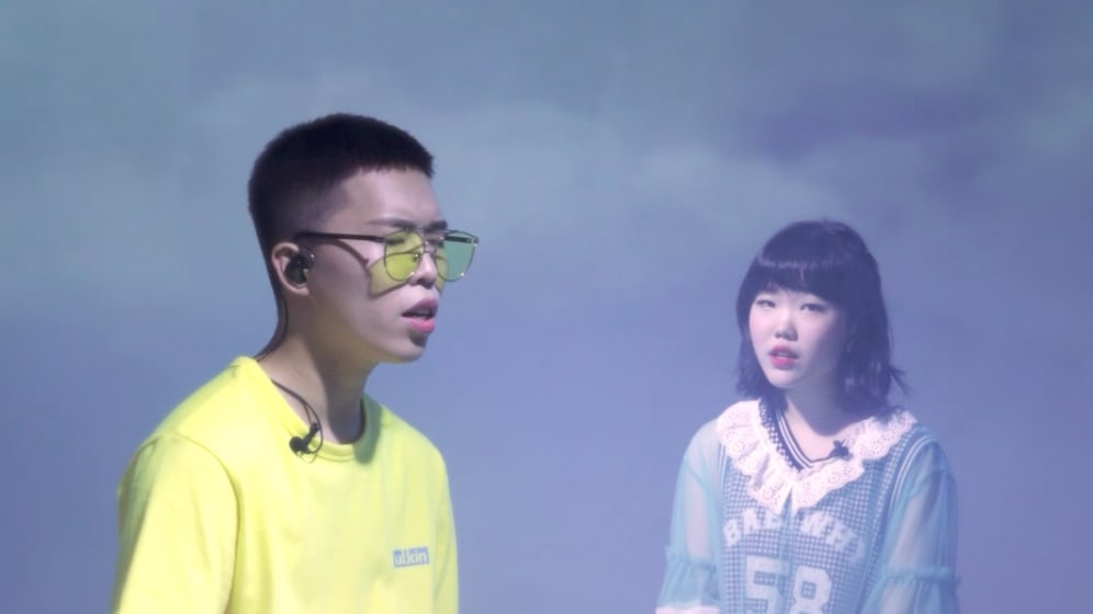 "Akdong Musician realiza una actuación en vivo perfecta de ""Dinosaur"" para Dingo Music"
