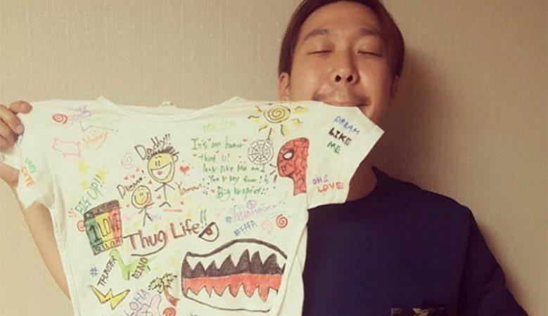Haha escribe un dulce mensaje a su hijo en camiseta personalizada