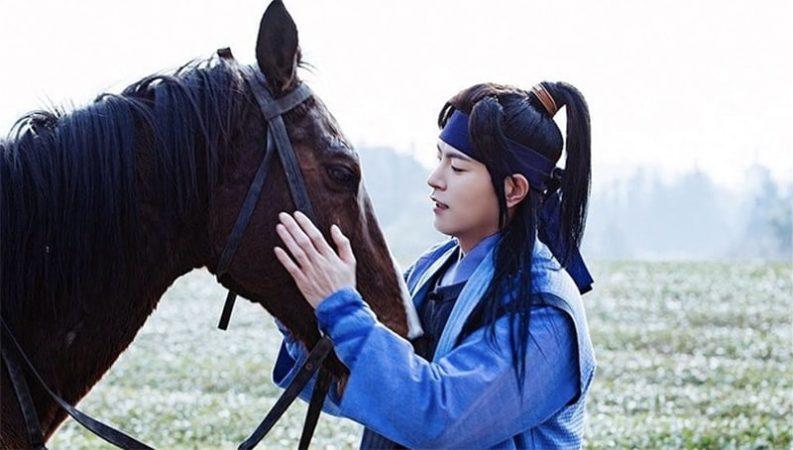 "Hong Jong Hyun crea un lazo con su caballo en las imágenes del detrás de cámaras de ""The King Loves"""