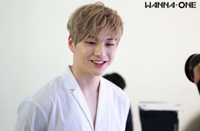 Kang Daniel reacciona adorablemente al derramar agua sobre una fan
