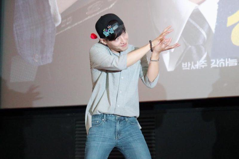 Kang Ha Neul se emociona adorablemente en un encuentro de fans