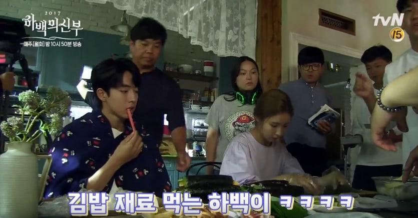 "Nam Joo Hyuk y Shin Se Kyung lucen adorables preparando kimbap para ""Bride Of The Water God"""