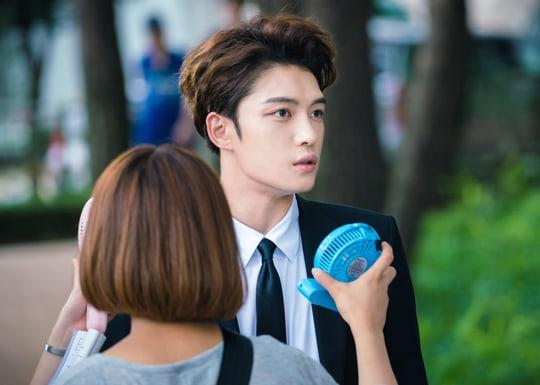 """Kim Jaejoong desafía al calor del verano en fotos detrás de cámaras para """"Manhole"""""""