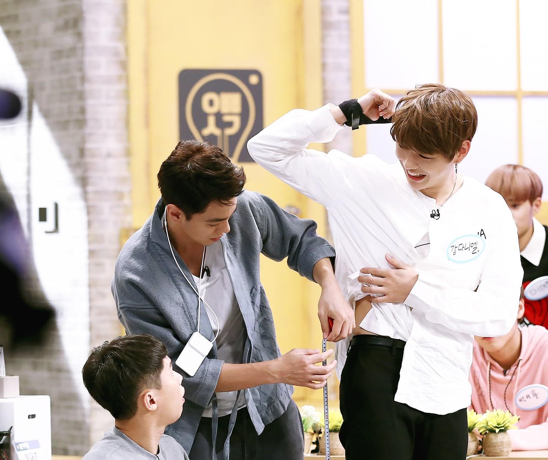 Kang Daniel de Wanna One impresiona a todos con la longitud de sus piernas