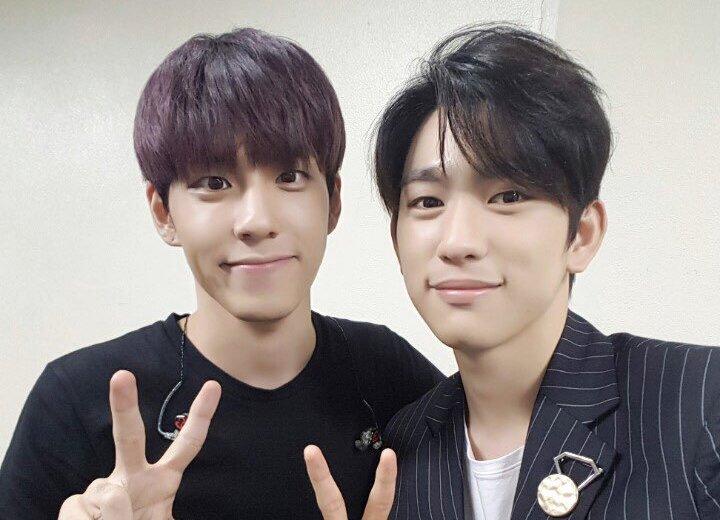Jinyoung de GOT7 sorprende a Wonpil de DAY6 llamándole durante un programa en directo