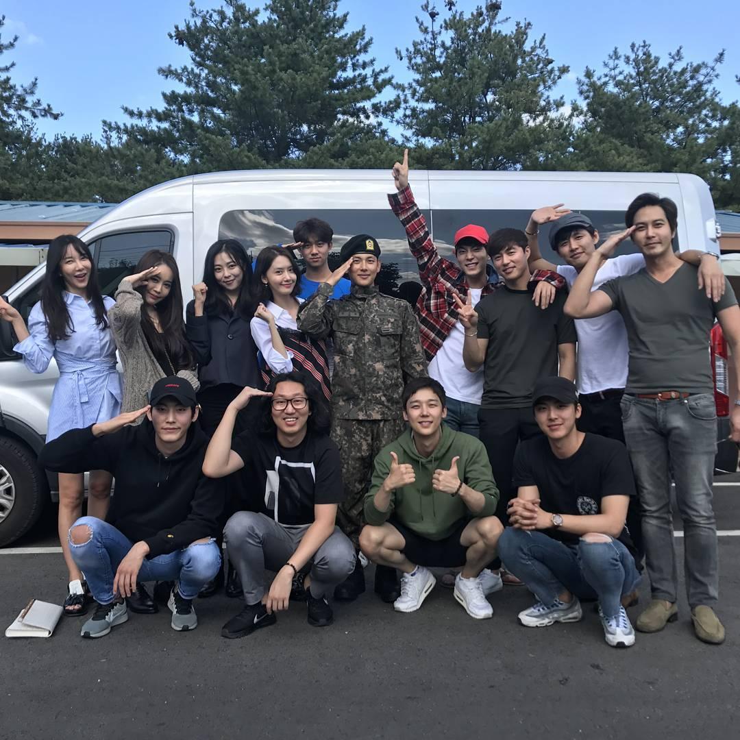 """Los integrantes del reparto de """"The King Loves"""" visitan a Im Siwan en el servicio militar"""