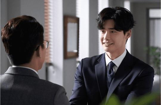 """""""While You Were Sleeping"""" revela divertidos nuevos estilos del personaje de Lee Jong Suk en nuevas imágenes de adelanto"""