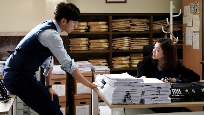 Jung Ryeo Won y Yoon Hyun Min tienen reacciones opuestas al ser compañeros de trabajo en nuevas imágenes para Witch's Court