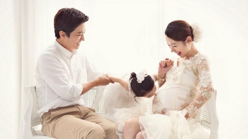 La pareja de actores In Gyo Jin y So Yi Hyun le dan la bienvenida a su segunda hija