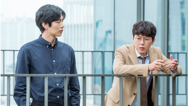 "Lee Min Ki y Park Byung Eun tienen una relación jefe-empleado única en fotos para ""Because This Is My First Life"""