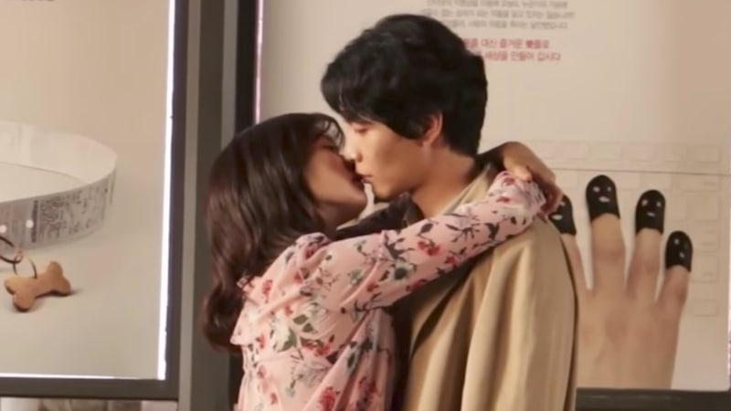 "Jung So Min y Lee Min Ki comparten un beso en el video del detrás de cámaras de ""Because This Is My First Life"""