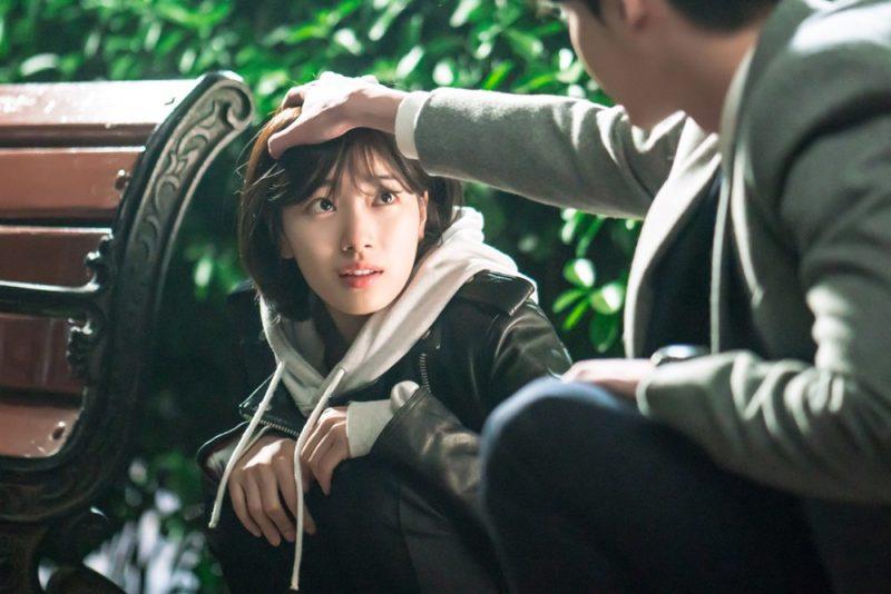 """Lee Jong Suk y Suzy comparten un lindo momento durante una escena tensa en imágenes para """"While You Were Sleeping"""""""