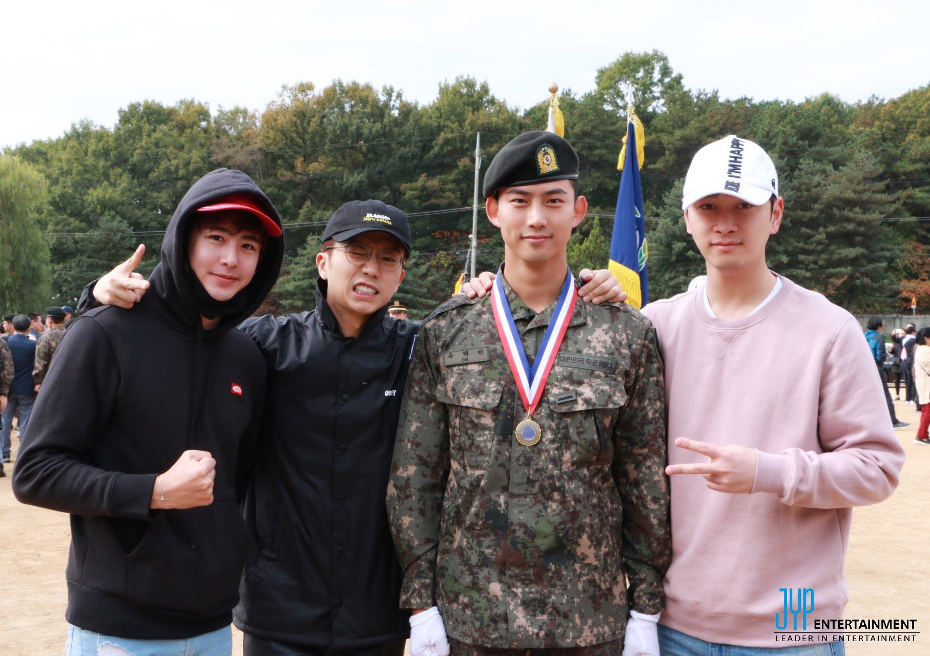 Los miembros de 2PM visitan a Taecyeon en su ceremonia de graduación de entrenamiento militar