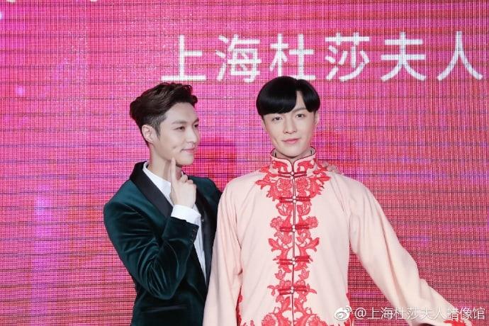 Lay de EXO posa con su nueva figura de cera en Shanghai