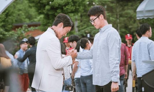 """""""Melo Holic"""" da pistas de un fuerte bromance entre Yunho de TVXQ y Choi Dae Chul en nuevas fotos"""