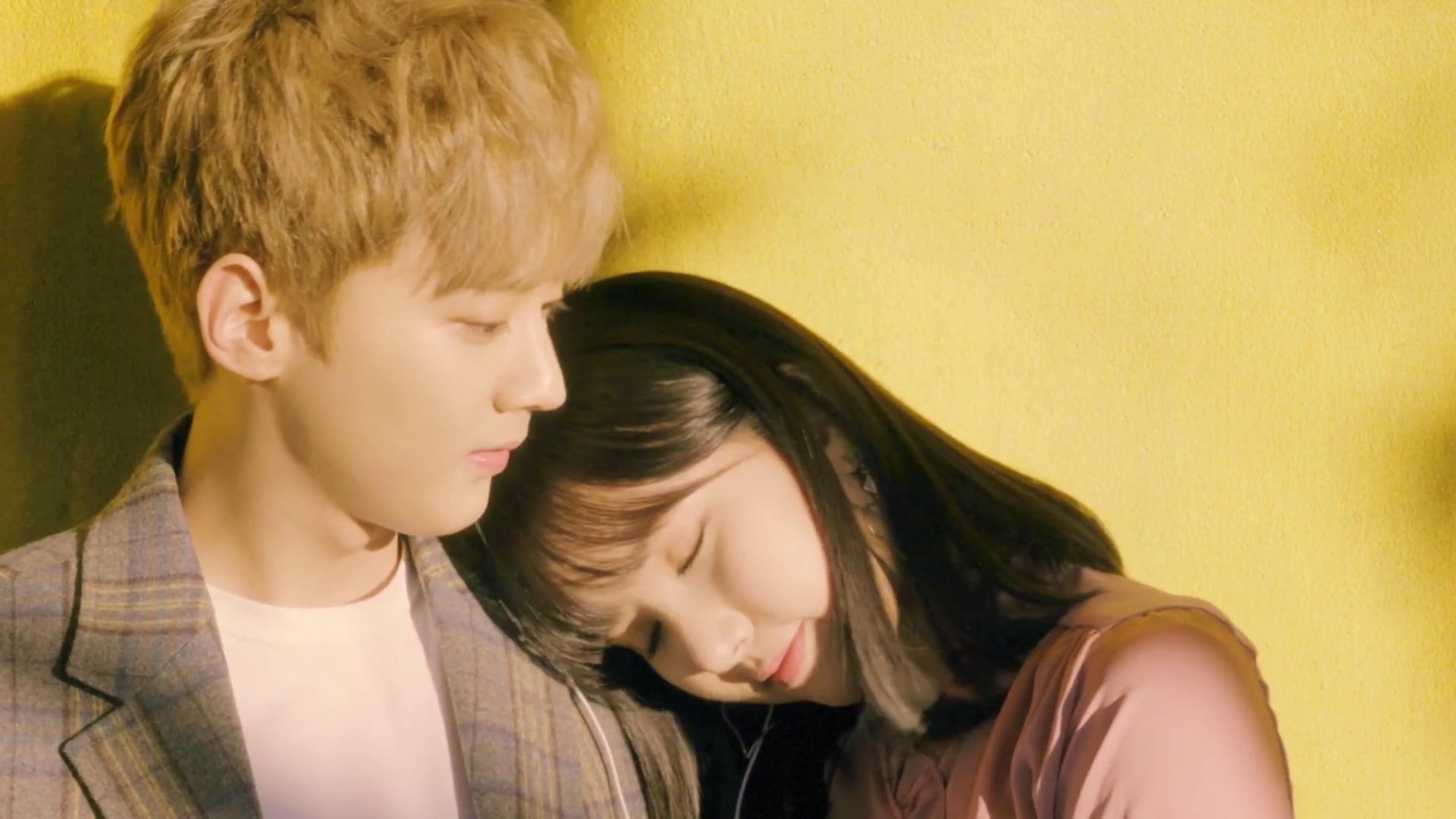 "Chunji de Teen Top y Eunha de GFRIEND muestran dulce química en video para ""Hold Your Hand"""
