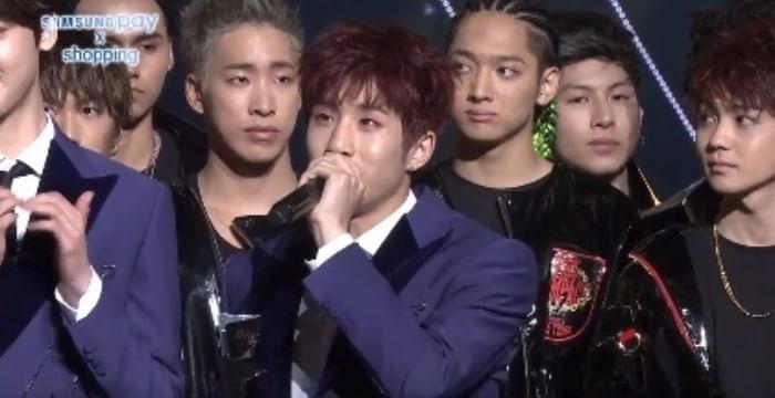 JinJin de ASTRO llora durante su discurso de agradecimiento en los 2017 Asia Artist Awards
