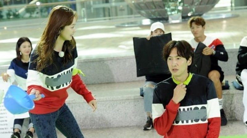 "Lee Kwang Soo y Jun So Min experimentan romance y venganza en ""Running Man"""