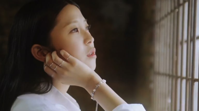 "La nueva cantante KISSES debut con su video musical ""Hope You're Ruined"" feat. Sik-K"