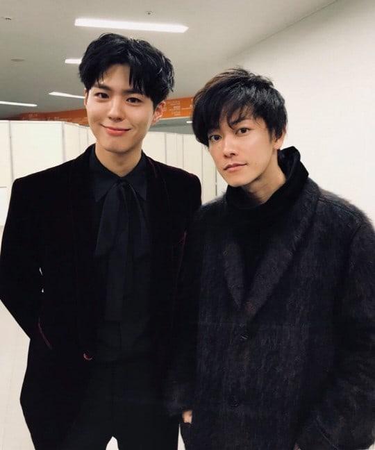 Park Bo Gum se toma una foto junto a Satoh Takeru en los 2017 MAMA en Japón
