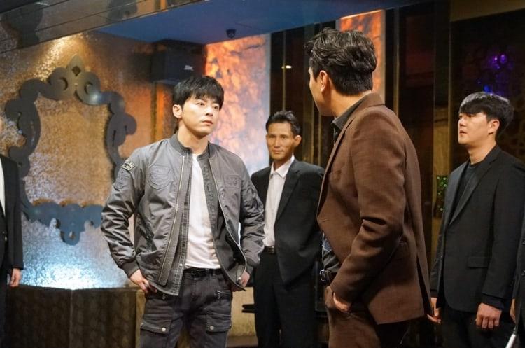 """Jo Jung Suk se enfrenta a la pandilla de Lee Shi Un en nuevas imágenes reveladas de """"Two Cops"""""""