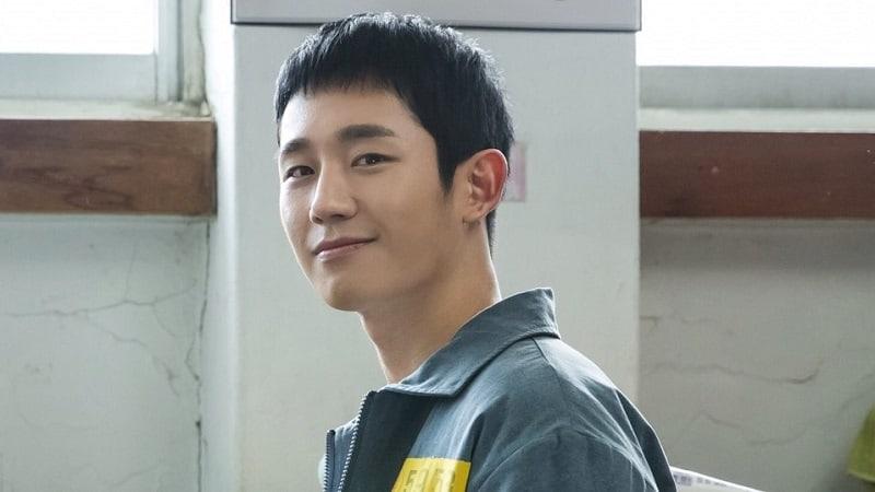 """Jung Hae In representa al carisma en imágenes publicadas de """"Prison Playbook"""""""