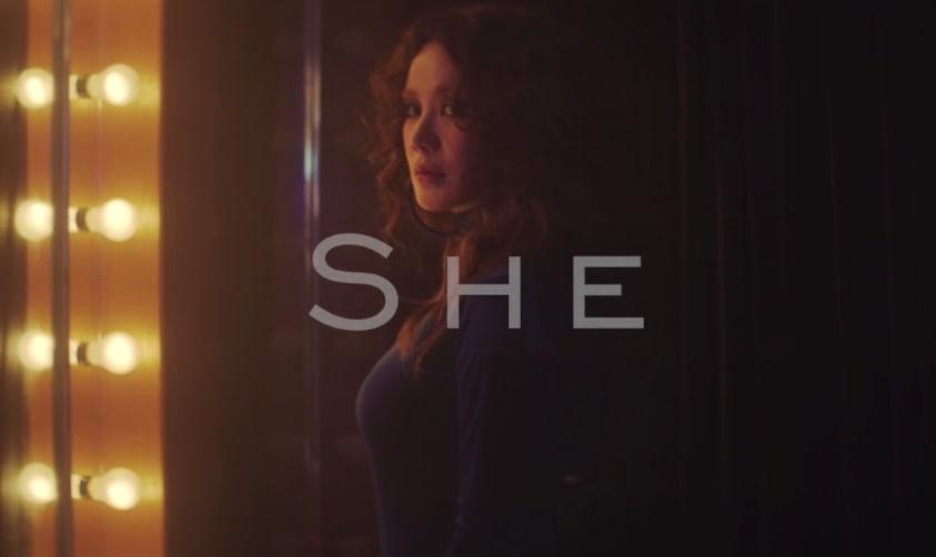 """Uhm Jung Hwa mira tiernamente en su pasado en su nuevo video musical """"She"""""""
