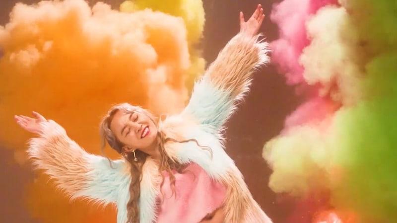 """Younha canta al amor en el MV de """"Parade"""""""