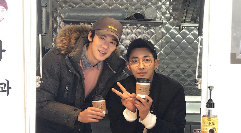 """Los amigos cercanos y co-estrellas de """"Reply 1994"""", Yoo Yeon Seok y Son Ho Jun, visitan el set de """"Prison Playbook"""""""