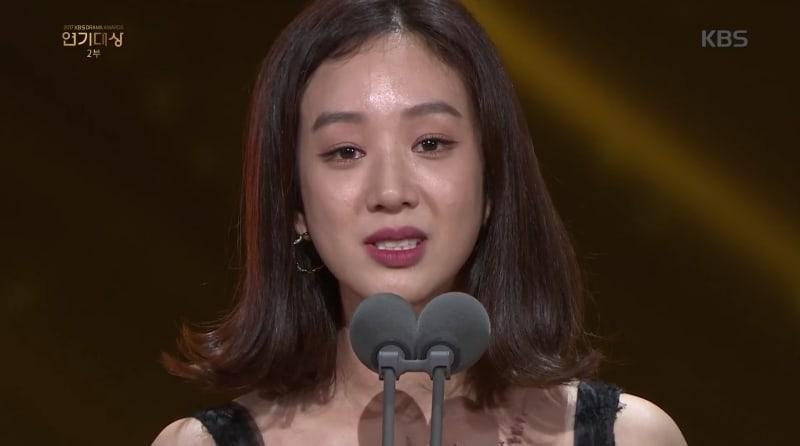 Jung Ryeo Won habla en contra de la violencia sexual durante su discurso de aceptación en los 2017 KBS Drama Awards