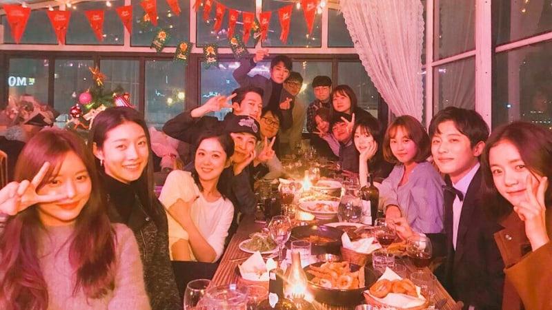 """El elenco y equipo de """"Go Back Couple"""" celebran el Año Nuevo juntos"""