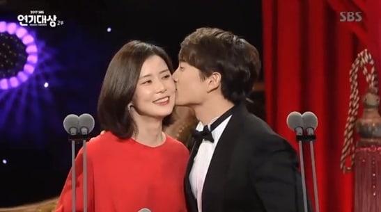 """Ji Sung y Lee Bo Young son los más enamorados en los """"2017 SBS Drama Awards"""""""