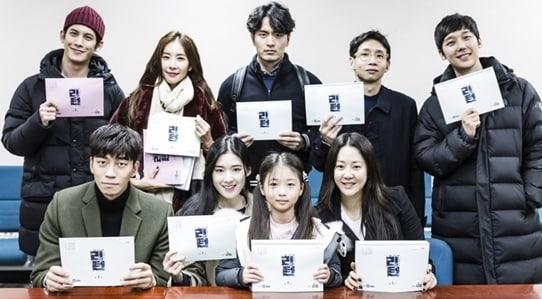 El nuevo drama de Lee Jin Wook, Shin Sung Rok y Go Hyun Jung revela primera lectura de guión
