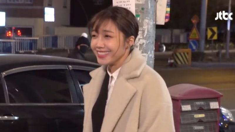 "Jung Eun Ji toma adorablemente un descanso de la filmación para saludar a un fan detrás de cámaras de ""Untouchable"""