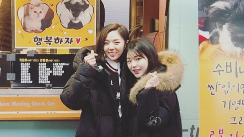 """Chae Soo Bin recibe un regalo y la visita sorpresa de Jo Hye Jung en el plató de """"I Am Not A Robot"""""""