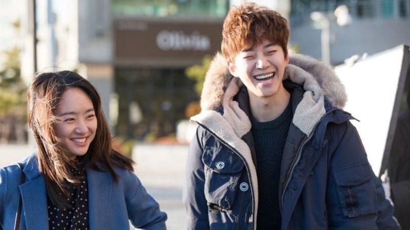 """El reparto de """"Just Between Lovers"""" derrite el frío invierno con sus cálidas sonrisas en imágenes tras las cámaras"""