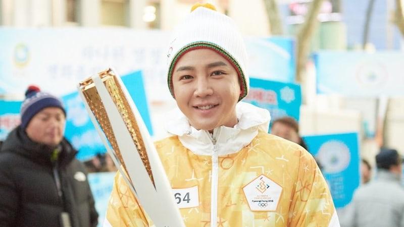 Jang Geun Suk participa en el relevo para la antorcha olímpica 2018 rodeado por fans