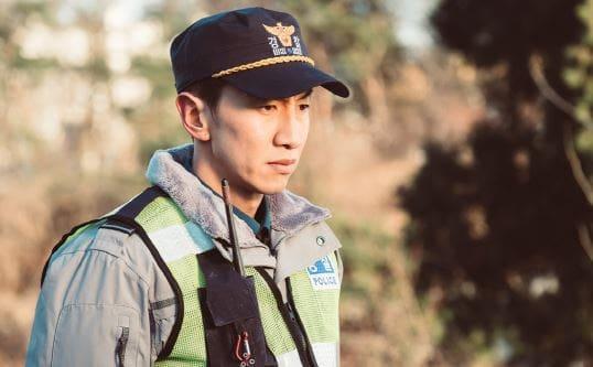 """Lee Kwang Soo se transforma en una oficial de policía para próximo drama """"Live"""""""