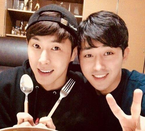 Son Ho Jun cocina una rica comida para su gran amigo Yunho