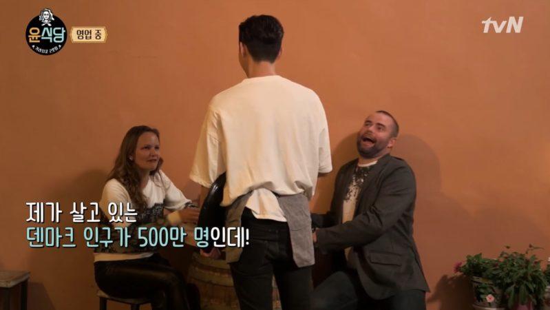 """Los clientes en """"Youn's Kitchen 2"""" no pueden creer lo popular que es Park Seo Joon literalmente"""