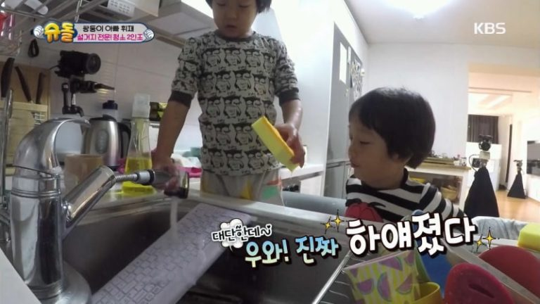 """Seo Eon y Seo Jun limpian el teclado del ordenador con jabón en """"The Return Of Superman"""""""